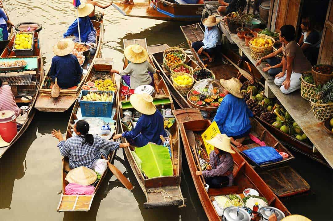 vendeuses sur les bateaux au marché d'amphawa
