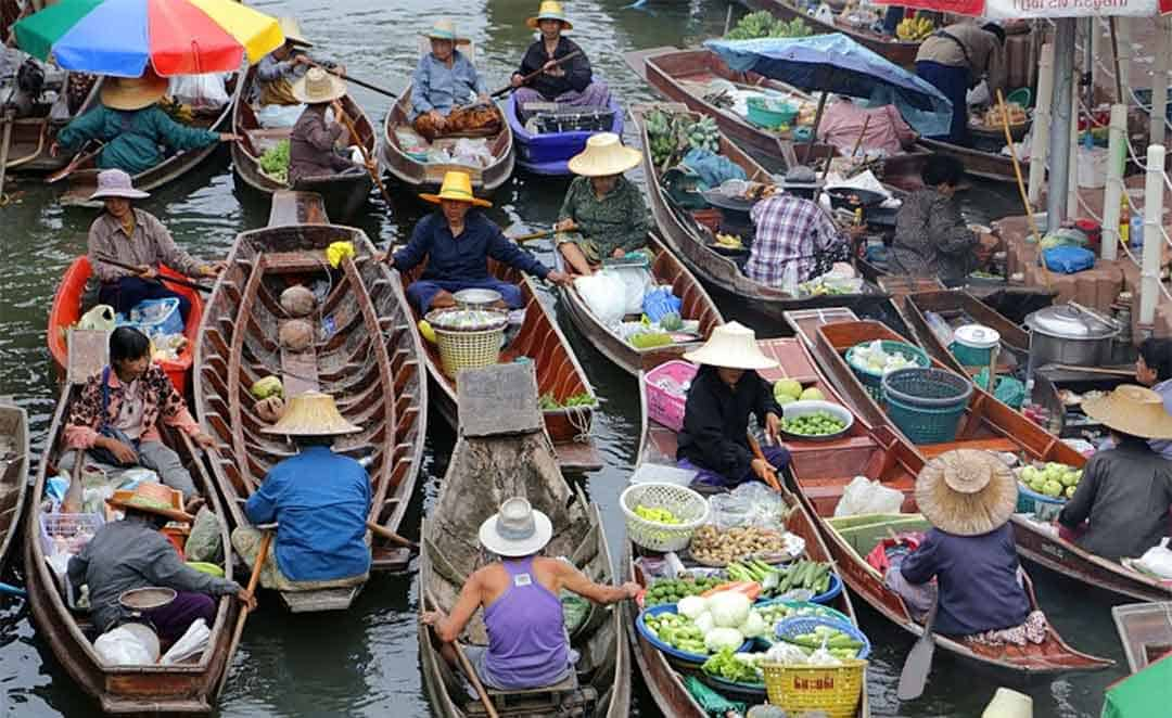 Nombreux vendeurs en bateaux a Tha Kha